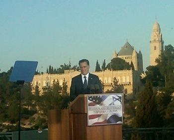 Mitt Romney parlant avec en toile de fond Jérusalem